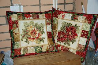Подушки с рождественскими мотивами.