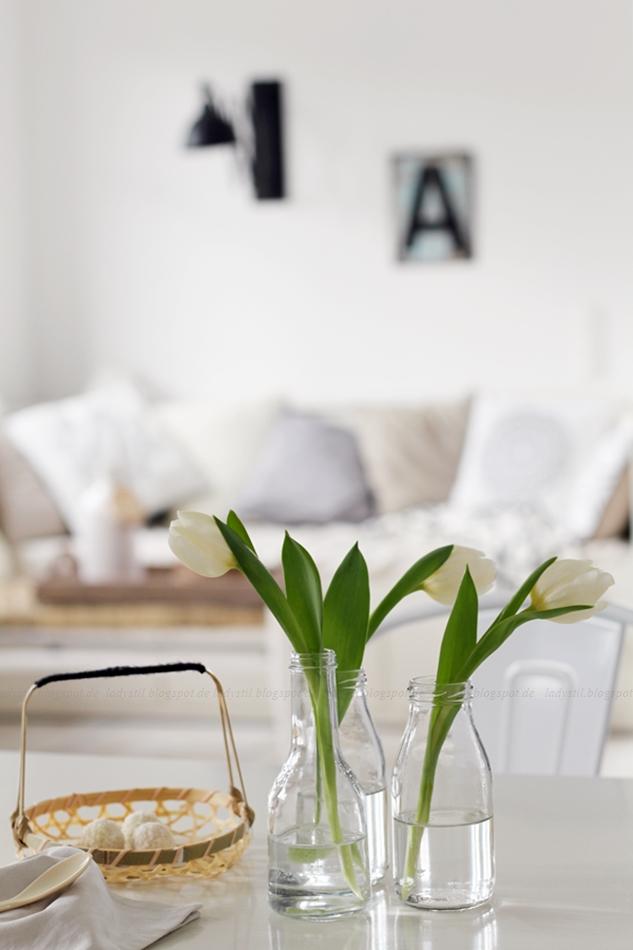 Tulpen auf dem Küchentisch weiß