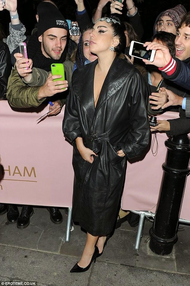 ليدي غاغا ترتدي معطف جلد ولا شيء تحته بعد خروجها من حفل في لندن
