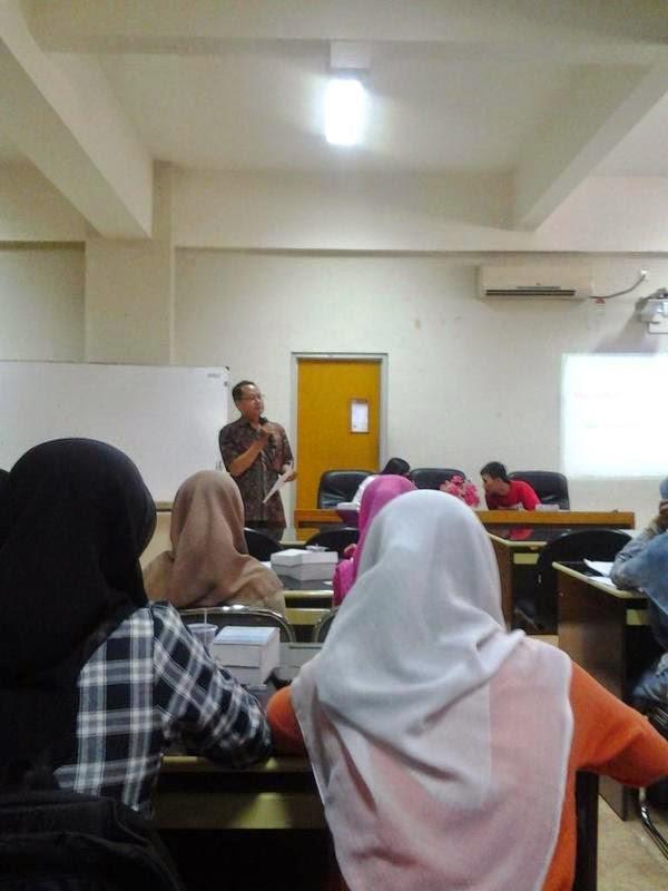 Pak Yustinus memberikan tips-tips menulis tembus media massa