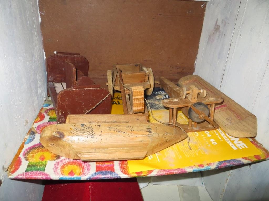 Fotografia de Brinquedos Artesanais de Madeira: barco, avião, carroça e cama