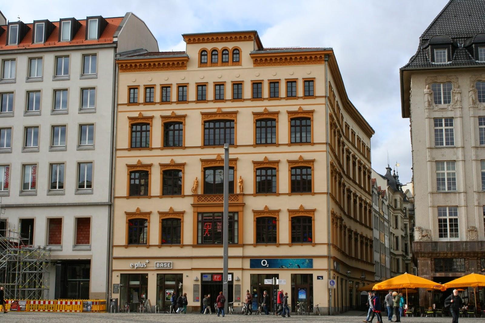 """Die sogenannte """"Kaufhalle"""" ist ein Gebäude, welches direkt am Markt steht und die Nummer 10 trägt - das Haus steht in Ecklage Markt/Barfußgässchen und wurde in den Jahren 1845/46 im Stil des Klassizismus erbaut - den Beinamen """"Kaufhalle"""" erhielt das Gebäude wohl durch die Tatsache, ein Vertreter des Durchhauses der Leipziger Warenmesse zu sein - auch die bedeutende Leipziger Kunsthandlung """"Galerie Del Vecchio"""" war einige Zeit im Gebäude beheimatet"""