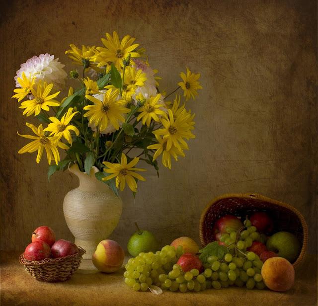 Leeny.  Натюрморт с цветами и фруктами.