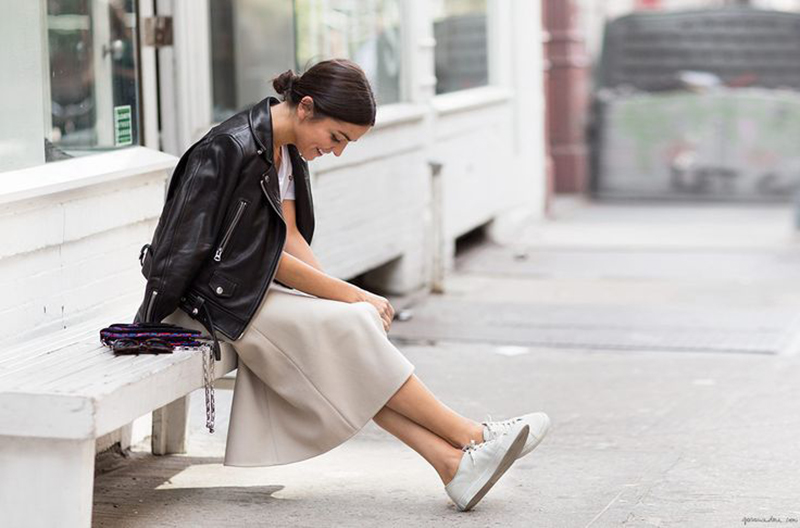 how-to-wear-white-sneakers-stan-smith-streetstyle-leather-jacket