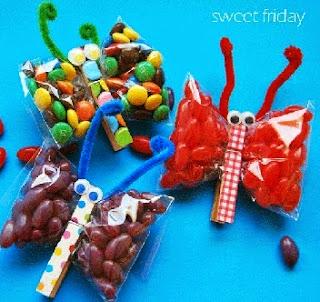 http://manualidadesreciclables.com/15061/hacer-dulceros-con-forma-de-mariposa