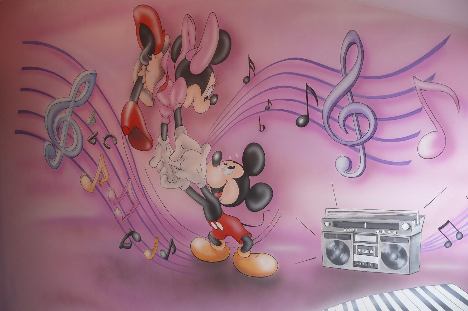 artystyczne malowanie ściany w pokoju dziewczynki, aranżacja ściany