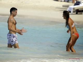 صور جيسيكا ألبا تسبح و تلعب بالبكيني شاطىء البحر في سانت بارتس