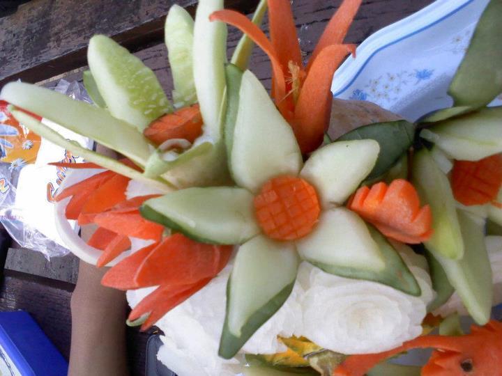 ini hasil ukiran mereka , dari sebatang timun bertukar menjadi bunga ...