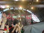 Scorpions, 9 iunie 2011, Sting in the Tail, Rudolf Schenker, Klaus Meine si James Kottak (sus, la tobe) la finalul piesei