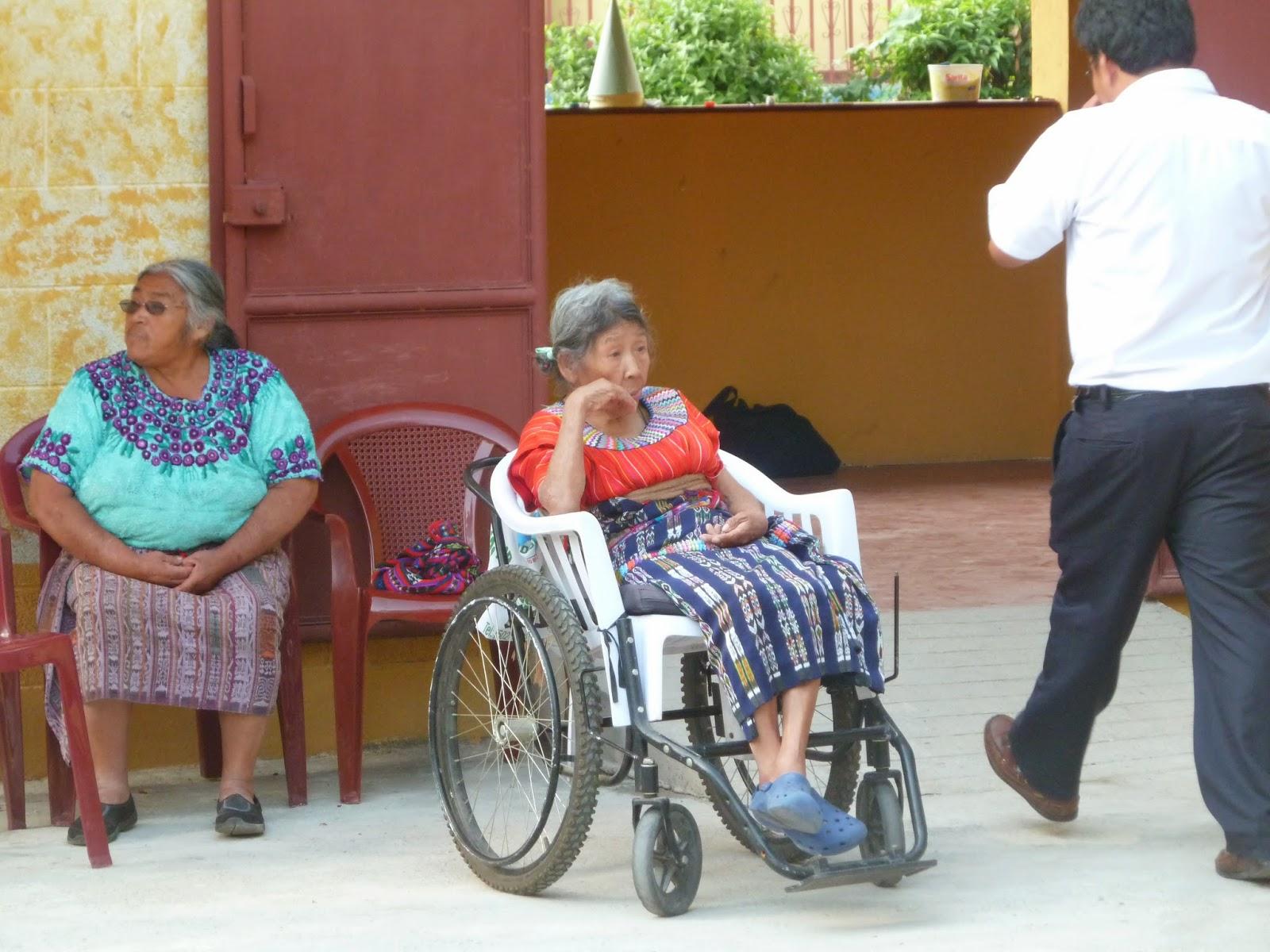 sudenguatemala donation de chaises roulantes cannes et marchettes au centre des personnes. Black Bedroom Furniture Sets. Home Design Ideas