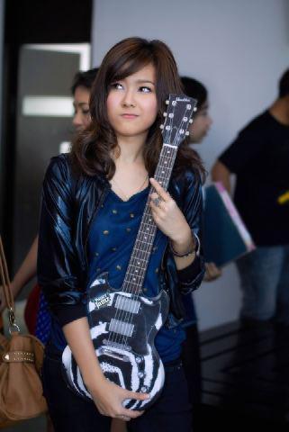 Nattasha Nauljam main gitar