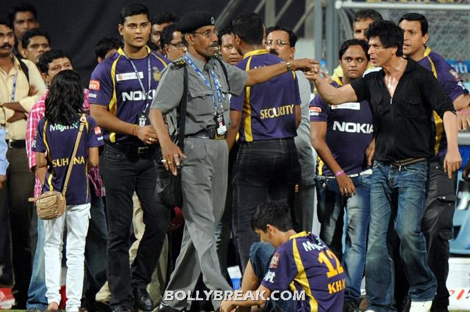 SRK with security  officials at Wankhede Stadium -  SRK problem at Wankhede Stadium