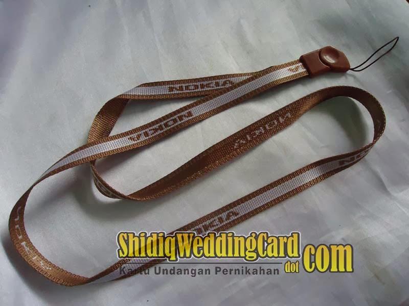 http://www.shidiqweddingcard.com/2014/02/souvenir-gantungan-hpflashdisk-nokia.html