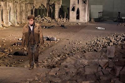 Vaza foto de Harry caminhando entre os mortos da Batalha Final de 'Relíquias da Morte - Parte 2' | Ordem da Fênix Brasileira