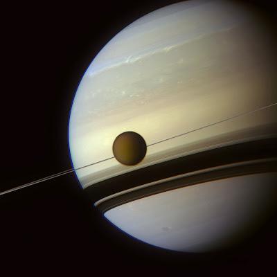 El planeta Saturno y una de sus lunas