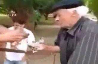 Anciano se Venga de Ladrones