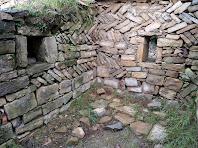 Els murs de ponent de la casa conserven filades d'opus spicatum
