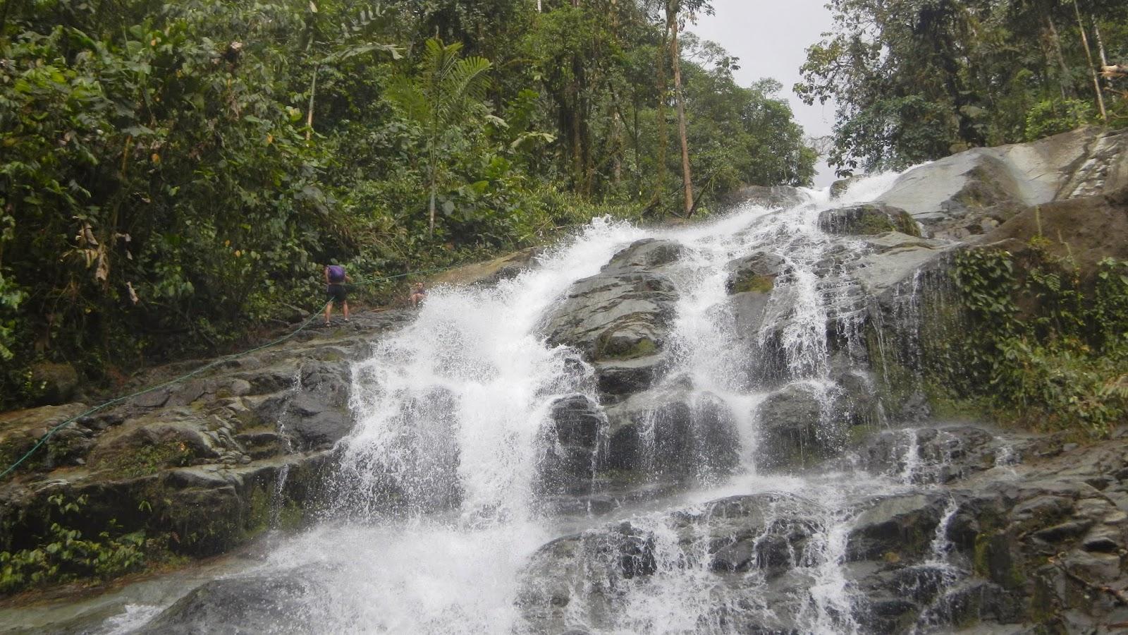 Escalando la montaña al lado de las corrientes de agua