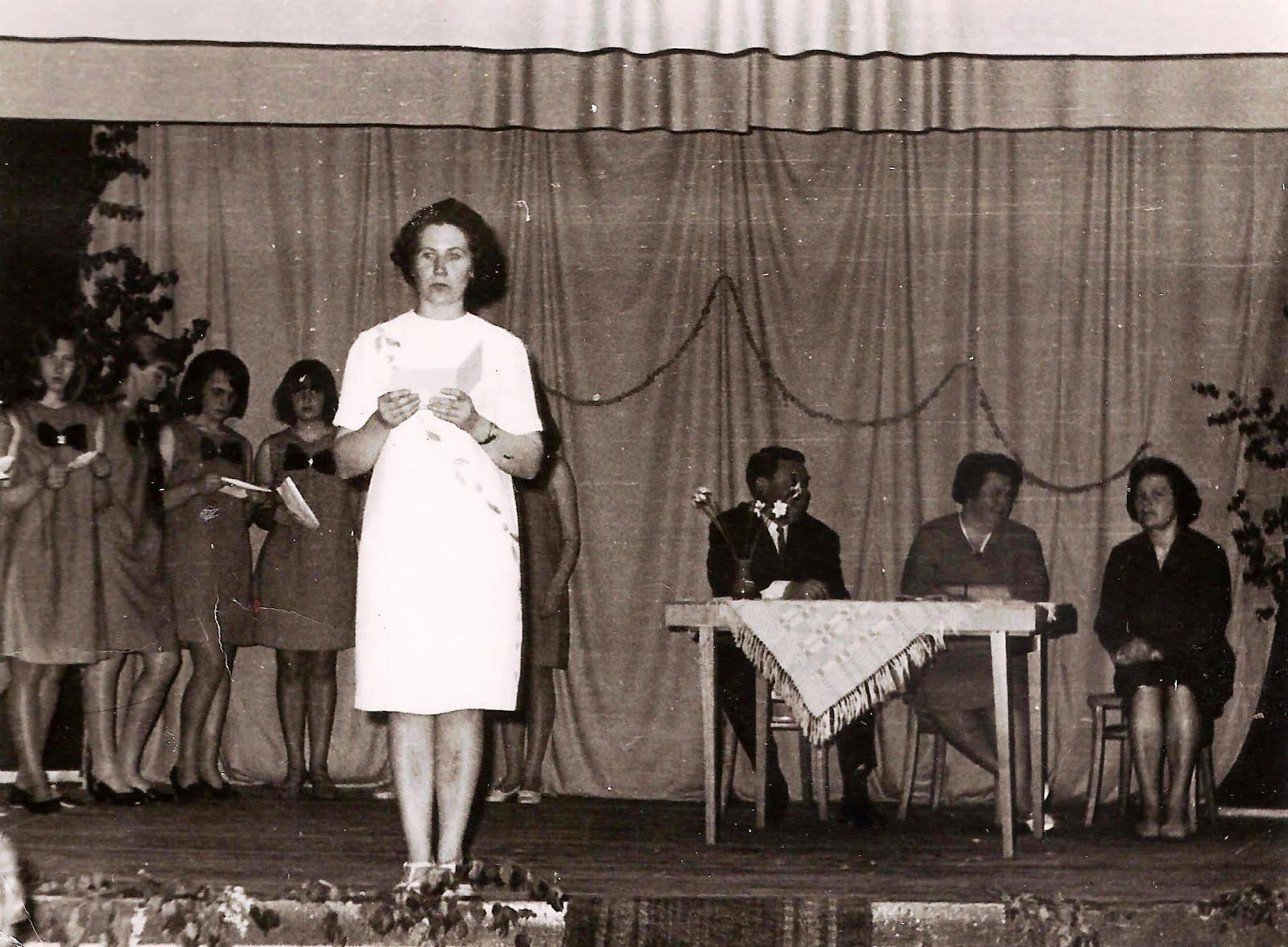 Pasākums tautas namā . Priekšplānā skolotāja Ilga Iskrova . 1960-tie vai 1970-tie gadi