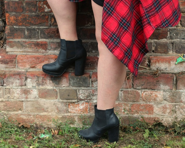 , primark oversized red plaid boyfriend shirt, new look black heeled chelsea boots, primark tan backpack, ootd, autumn outfit,