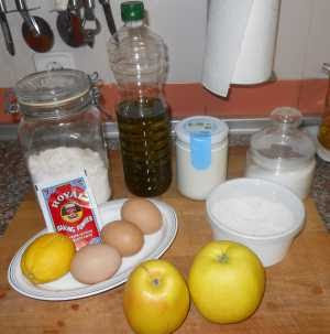 Ingredientes del bizcocho con manzana.