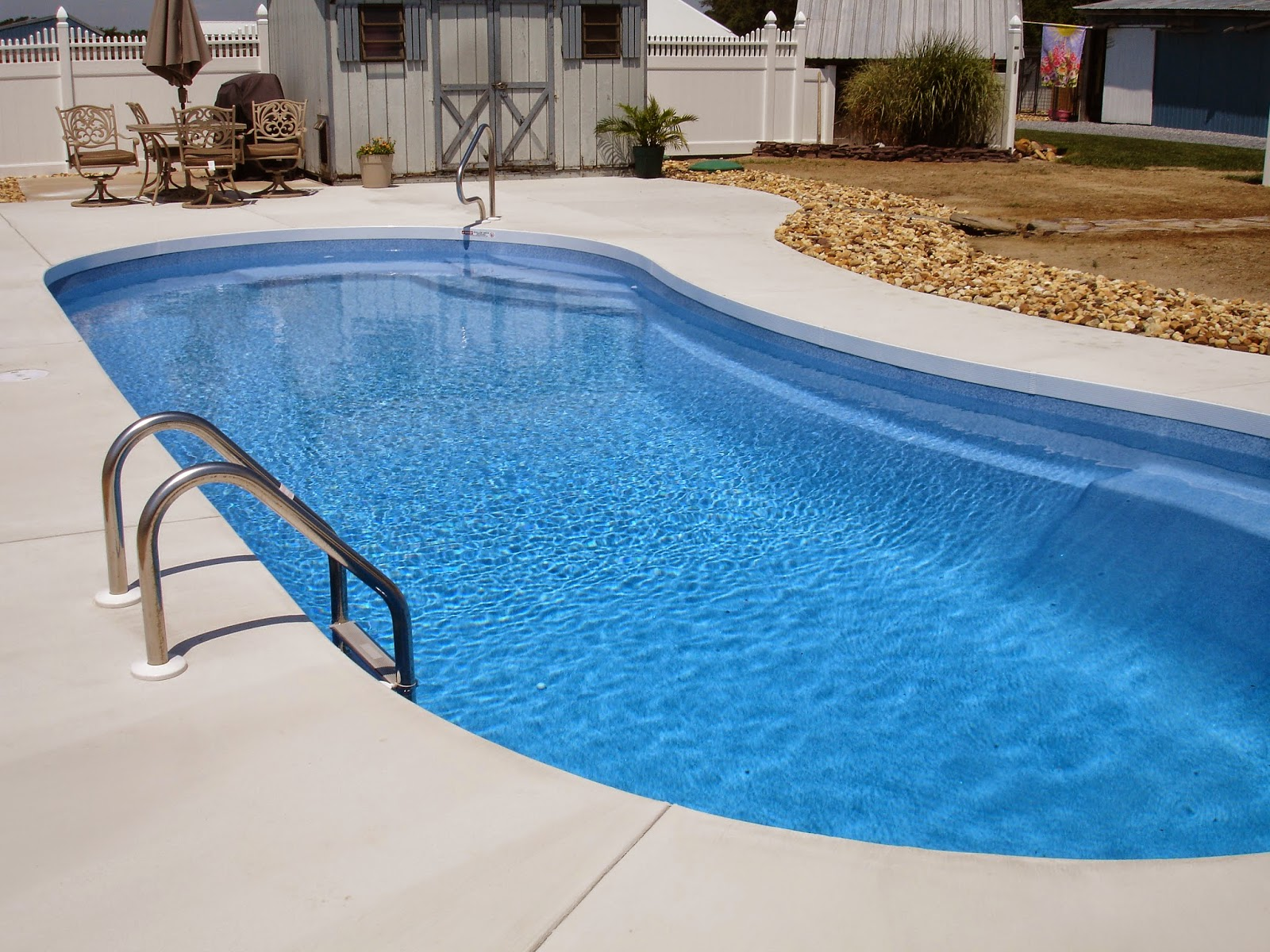 How do pool professionals pour sidewalks around your vinyl for Vinyl swimming pool