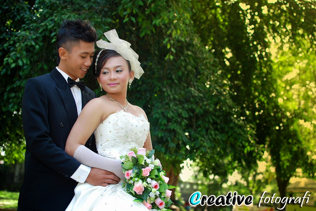foto prewedding romantis di semarang memakai gaun modern nasional dan jas