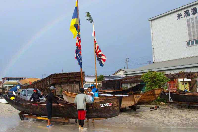 wooden sabani boats, sailing, flags and pennants