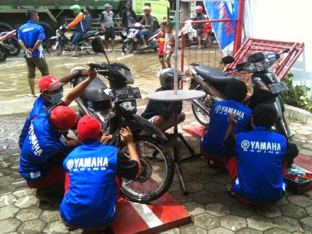 Yamaha Bantu Korban Banjir Bandung Tanpa Pandang Bulu Eh Motor