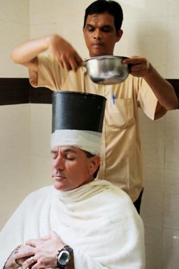 Menuangkan minyak ke kepala