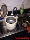 Vợ bảo mình rửa nồi cơm, mình thực hiện đúng như thế và bị vợ đánh, mình đã làm gì sai?