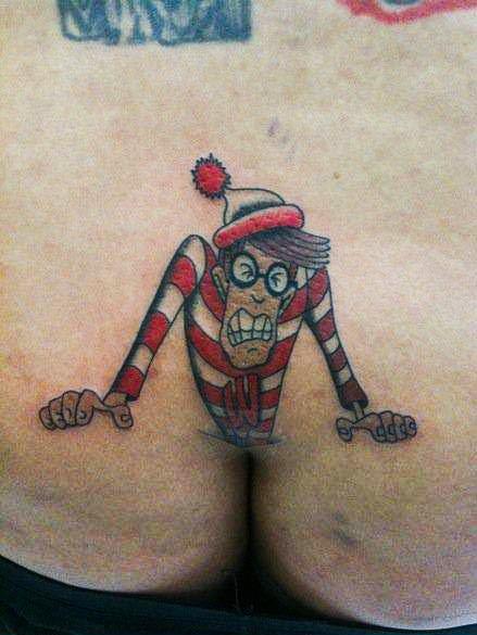 Tatuaje de humor Buscando a Wally en el trasero