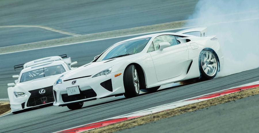 レクサスのレーシングカーとスポーツカーがダンスをモチーフに華麗な走行を披露