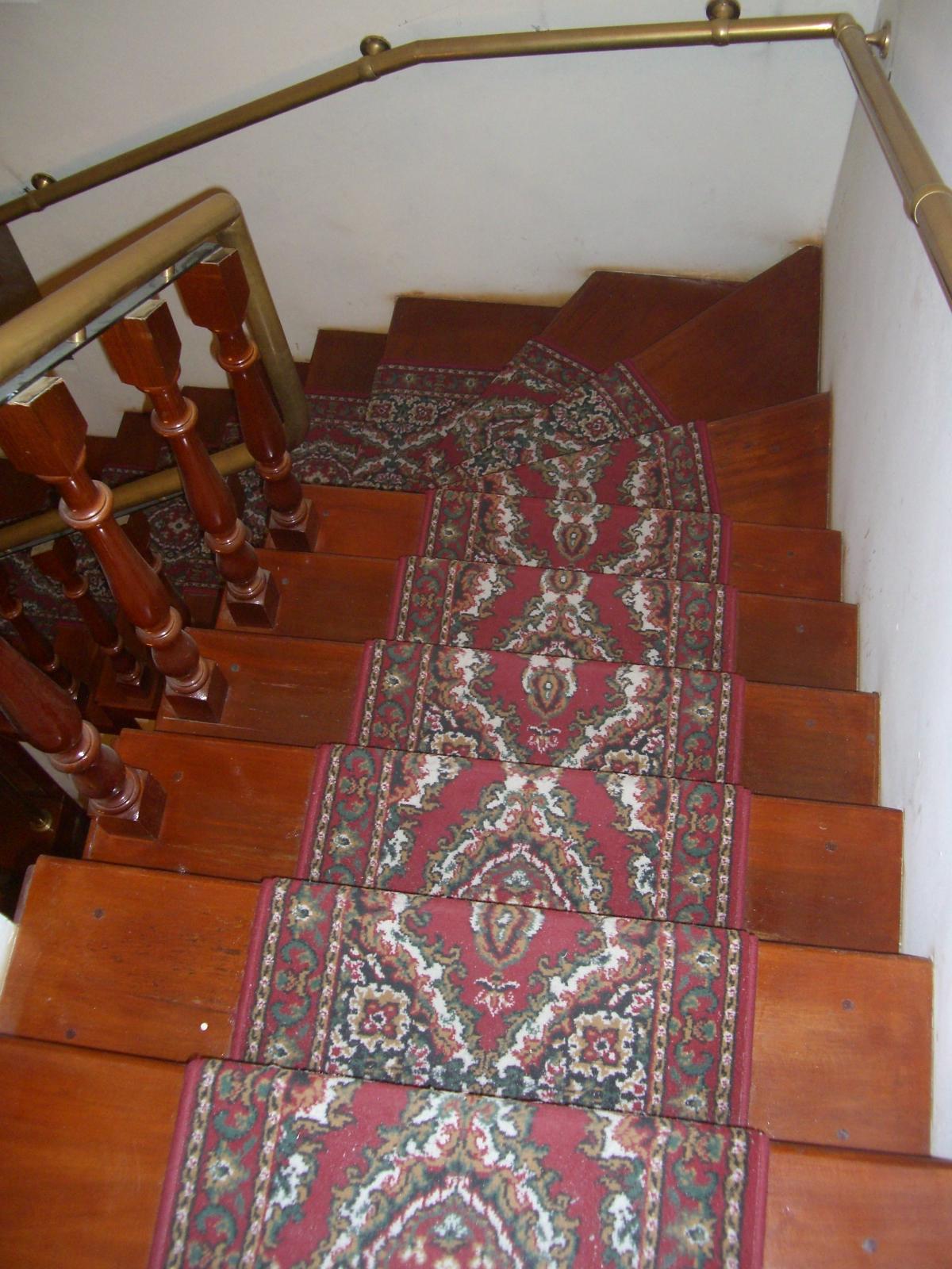 Camino en alfombra para escalera con varillas de bronce - Alfombra para escalera ...
