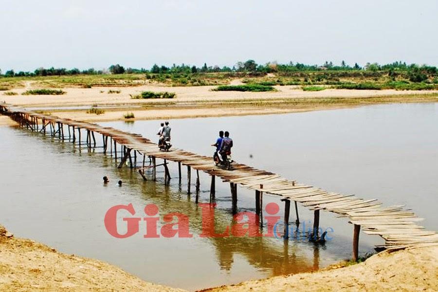 Gia Lai: Ksor Dan dựng cầu gỗ vượt sông Ba