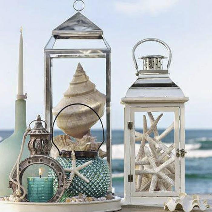 Dekoracja lampionów w których sa muszelki na tle morza