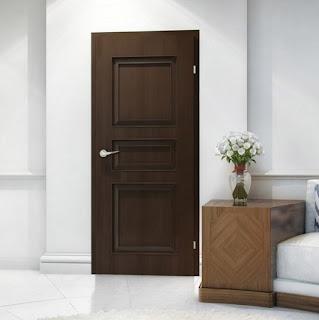 Drzwi brązowe z listwami ozdobnymi
