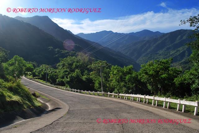 Carretera en las laderas de montañas en la Sierra Maestra/ Road on the slopes in Sierra Maestra mountains