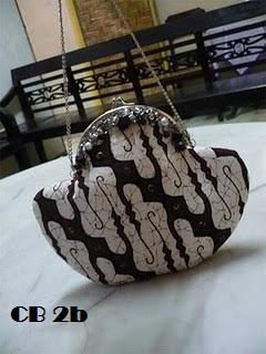 Tas Pesta Batik Parang Jogja ini dilengkapi dengan manika-manik monte dan  batuan. Tas dilengkapi rantai dengan panjang 45cm. 6f7d76b32f