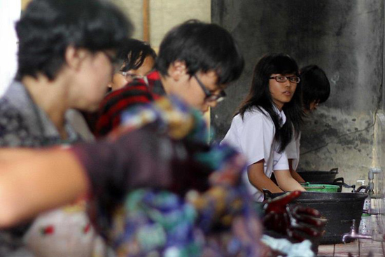 Siswa Siswa SMP Stella Duce 1 Yogyakarta sedang membatik di ruang laboratorium sekolah
