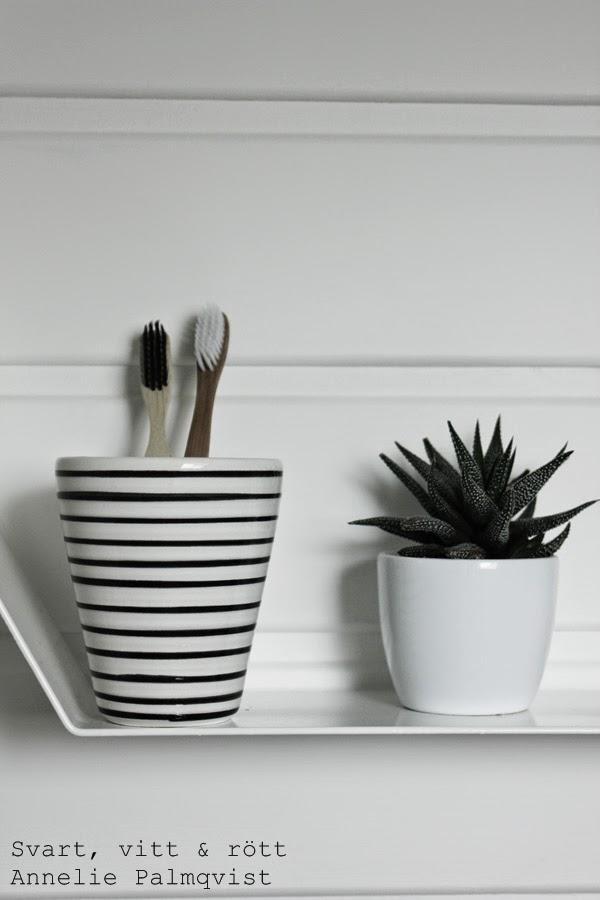 trärena tandborstar, bruka design, handpainted, handmålad kopp, svart och vit randig kopp, nomess tandborste, eko tandborsten, kaktus, inredning, detaljer badrum, inspiration, renovering, vitt, vita väggar, vit målad furupanel,