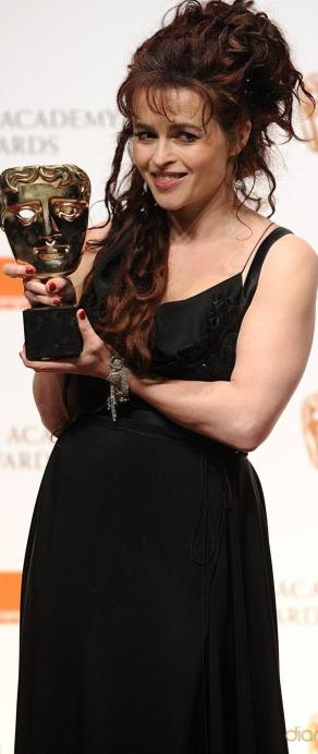 Helena Bonham Carter feliz con su premio BAFTA