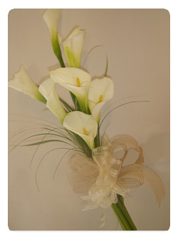 Arreglos Florales Maite Ramo floral de calas blancas para novia