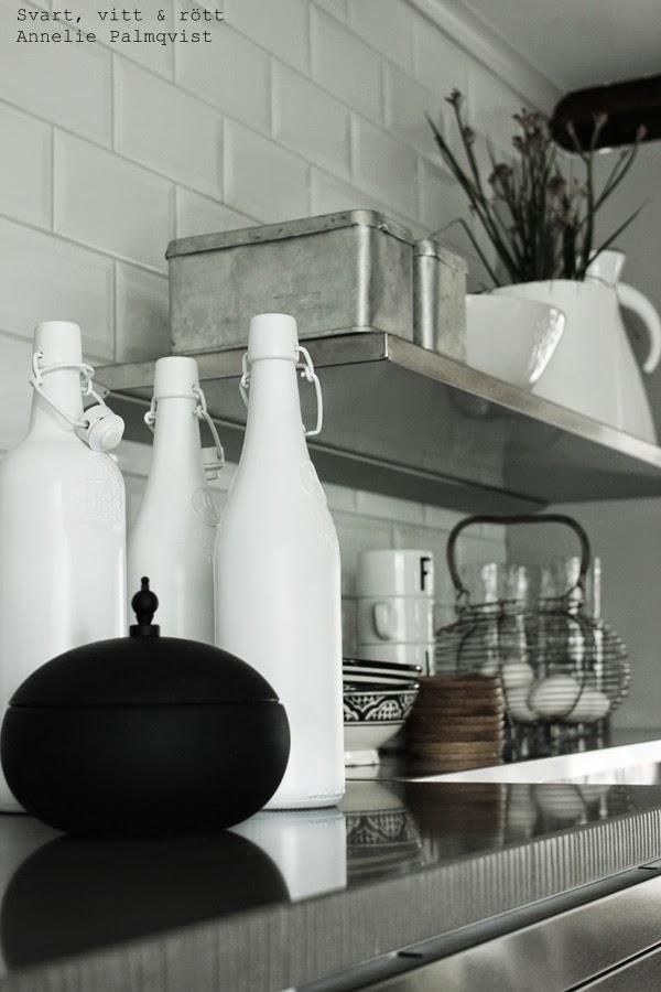 svart silikon skål, dekorationer i svart ovh vitt, kök 204, vita flaskor, rostfria burkar, gamla burkar, äggkorg, korg med ägg, svartvitt porslin, detljer i kök, kök 2014
