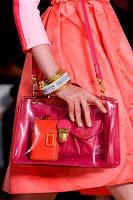 Тъмнорозова чанта с дълга дръжка и златна катарама, дизайн Marc by Marc Jacobs