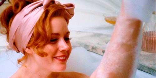 chica dandose un baño de espuma