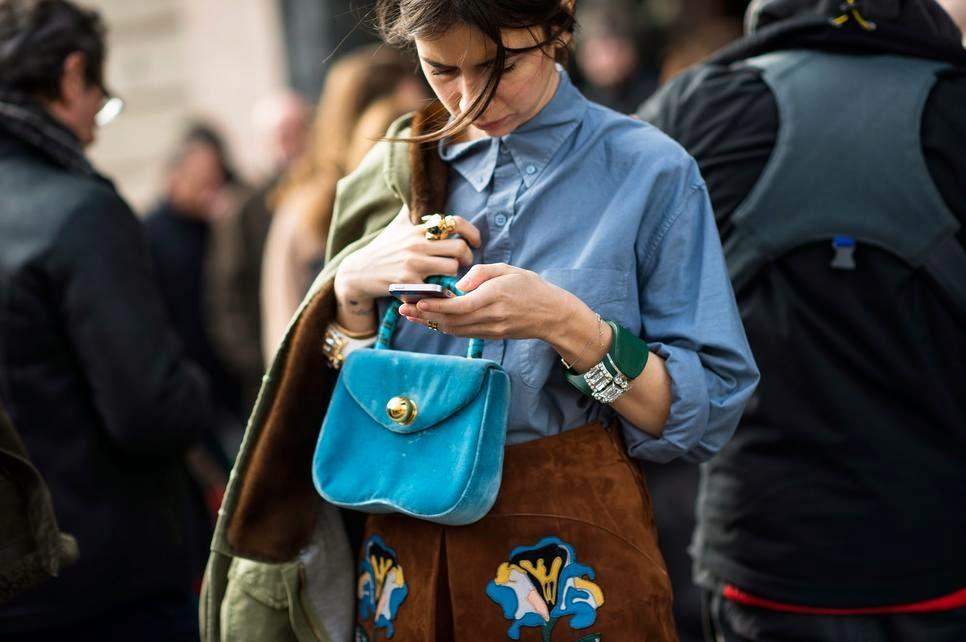 mobile phone street style