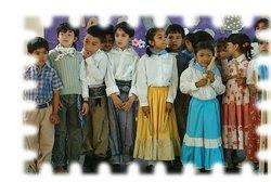 niños en acto escolar