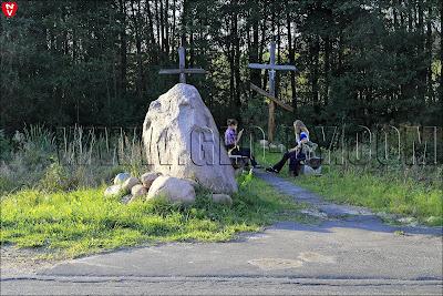 Католический и православный кресты у агроусадьбы У Мороза