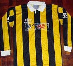 Camiseta de Instituto negra y amarilla - 1996
